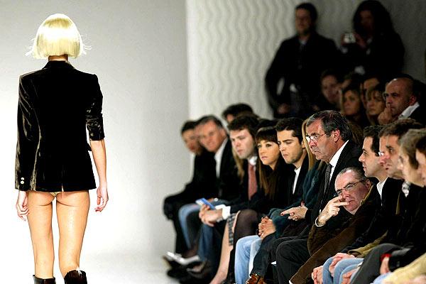 050307 Semana de la moda en Portugal. Una modelo durante el desfile del diseñador portugués Luis Onofre en la semana de la moda de Portugal, en Oporto. FOTOGALERÍA: Semana de la moda de Portugal