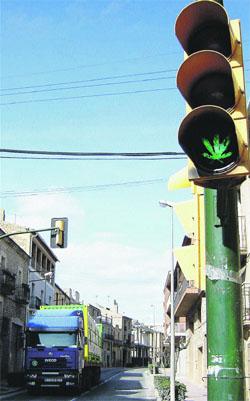Un semàfor amb fulla de marihuana regula el trànsit