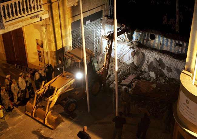 Demolicion del muro divisorio al final de la calle comercial Ledra en la ciudad amurallada de Nicosia (Chipre)