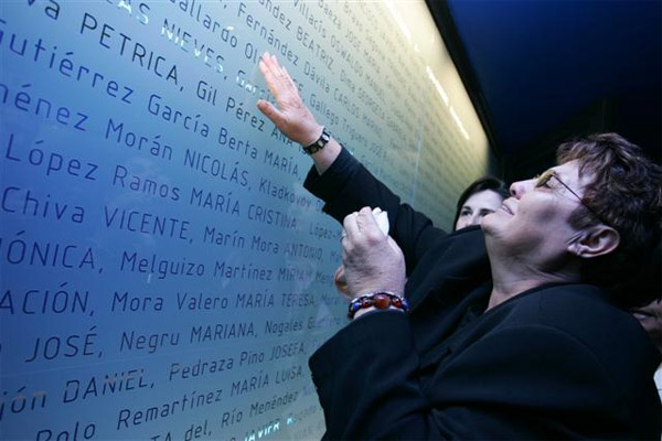 Todos los nombres de los fallecidos están impresos dentro del monumento