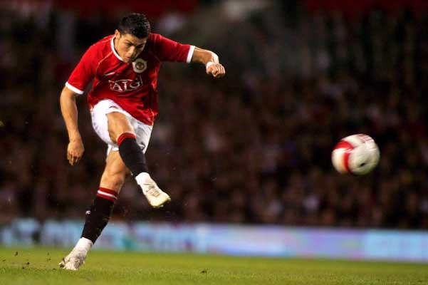 Cristiano Ronaldo marca un gol en el partido entre el Manchester y un combinado europeo el pasado martes.