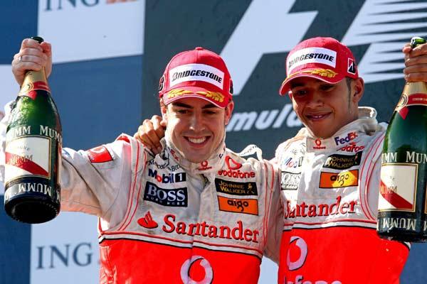 Fernando Alonso y Lewis Hamilton se abrazan en el podio.