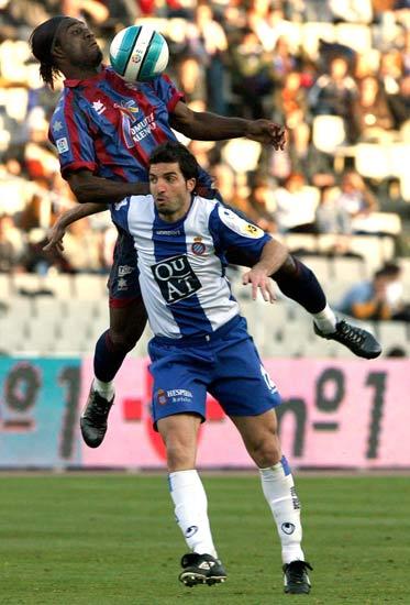 Ettien vuela sobre Velasco para controlar un balón.