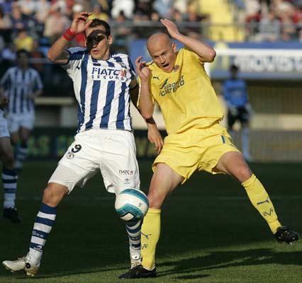 Kovacevic y Cygan, del Villarreal disputan un balón.
