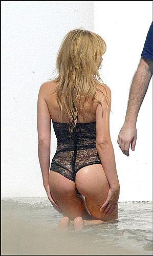 desnudos robados - Kylie. Kylie Minogue fue fotografiada por detrás durante una sesión de fotos en la playa. Algo parecido a la situación vivida por Elsa Pataky.