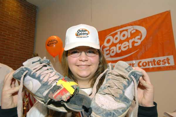 Katharine Tuck posa con sus repugnantes zapatillas. (Efe)