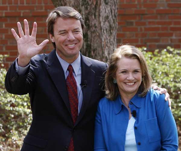 John Edwards junto a su esposa Elizabeth (REUTERS)