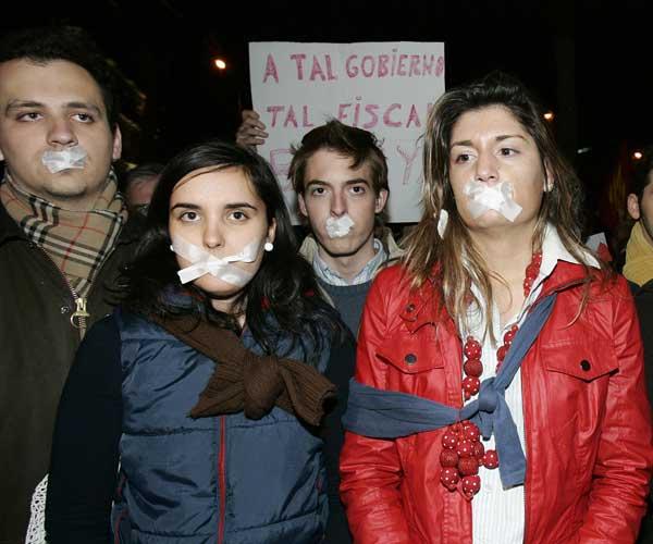 Manifestantes frente a la Fiscalía General en Madrid (EFE)