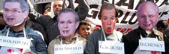 Una manifestación en Turquía con personas disfrazadas de carniceros y máscaras de altos cargos de EEUU, entre ellos, Rumsfeld. (Osman Orsal / AP Photo)