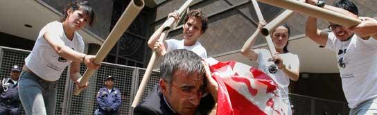 Miembros de la organización Anima Naturalis protestan ante la embajada de Canada en Ciudad de México. (Mario Guzmán / EFE)