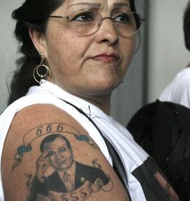 Manifestante de la secta con el tatuaje del líder