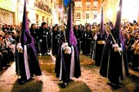 Las procesiones más militares toman el centro de la ciudad