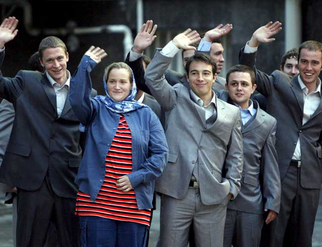 Los quince militares británicos saludan en el palacio presidencial de Teherán (Efe)