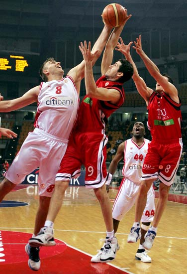 Vidal y Rakocevic luchan porun rebote con un jugador griego.