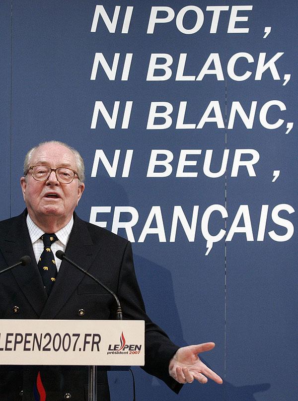Le Pen, ayer, en un suburbio de París