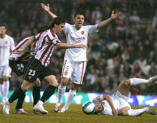 Marchena protesta al árbitro mientras Aduriz se lleva el balón.