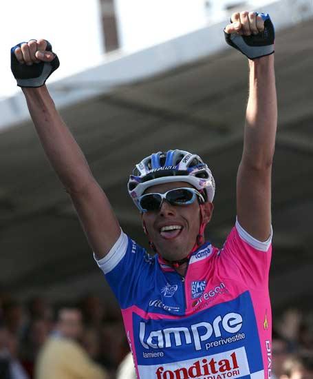 El italiano Ballan celebra su triunfo en la 91ª Vuelta a Flandes.