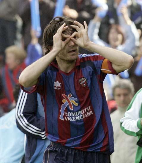 Descarga, jugador del Levante, celebra el gol que marcó en el partido.