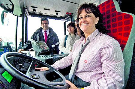 Barcelona tendrá en verano casi 200 mujeres conduciendo un bus urbano