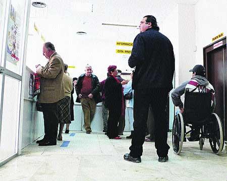 Colas en ambulatorios y guerra de cifras por la huelga de los médicos