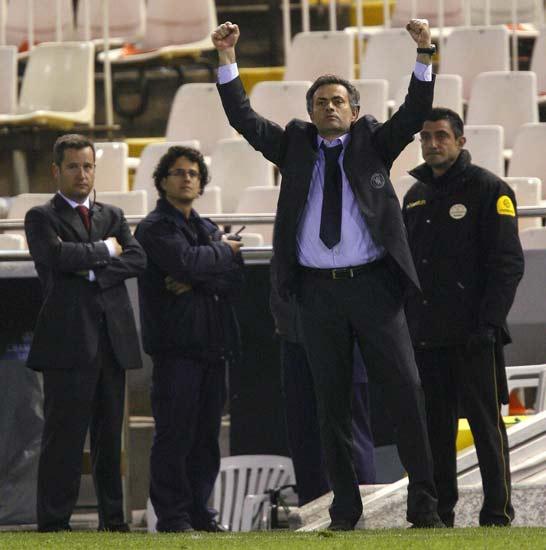 Mourinho saluda a la afición del Chelsea en Mestalla tras eliminar al Valencia.