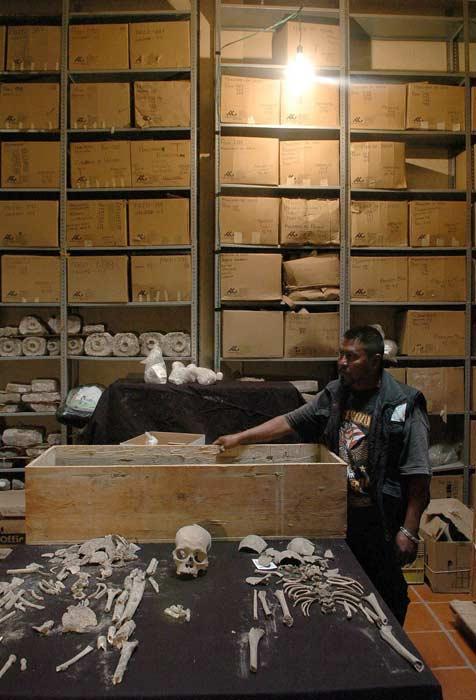 Un arqueólogo muestra los restos del esqueleto de un muchacho de entre 5 y 8 años de edad