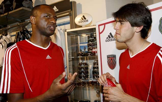 Kaká, a la izquierda, conversa con Patrick Viera durante un acto promocional en Milán