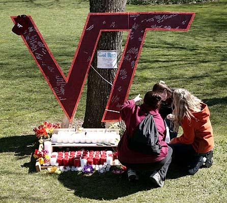 170407 Condolencias en Vireginia. Homenaje improvisado. Varios estudiantes firman un libro de condolencias colocado en un improvisado altar en el campus de la Universidad Politécnica de Virginia en Blacksburg, EE. UU. Las autoridades ya han identificado al responsable de la masacre que terminó con la vida de 32 personas: se llama Cho Seung-Hui, es surcoreano y tenía 23 años.