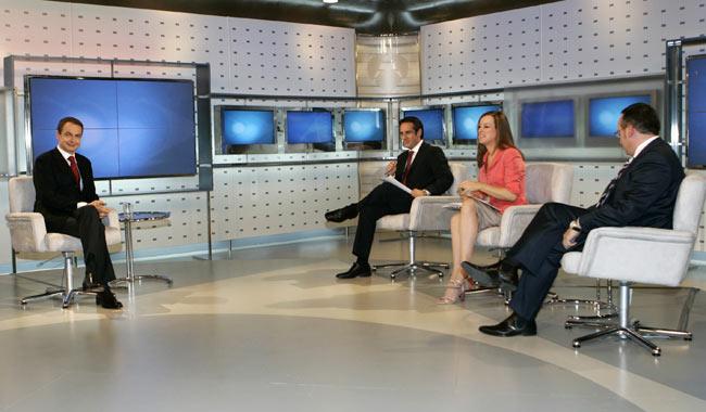 Zapatero, anoche, entrevistado ante las cámaras de Antena 3.