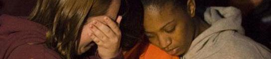 Dos jóvenes durante una concentración de duelo por la masacre.