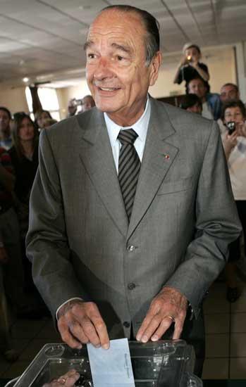 Jacques Chirac votando por su sucesor (Reuters)