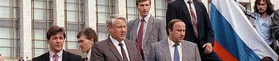 Yeltsin lee un comunicado al pueblo ruso durante el golpe de Estado de 1991