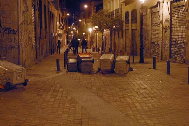 Aspecto de las calles del barrio de Malasaña, en Madrid, después de los incidentes ocurridos esta noche