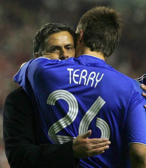 Mourinho y Terry se abrazan tras el partido contra el Liverpool