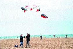 Una pareja deja volar su cometa en la playa del Postiguet en la edición del año pasado.