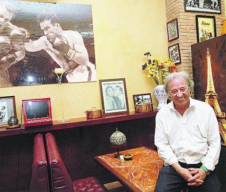René Cerdán, ayer en su restaurante de la plaza Gabriel Miró.(Rafa Molina)