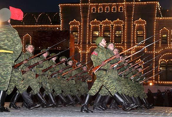 Varios soldados ensayan el desfile del Día de la Victoria, en Rusia