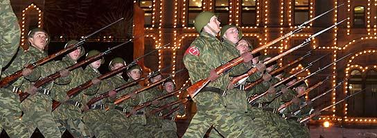 Varios soldados ensayan el desfile del D�a de la Victoria, en Rusia