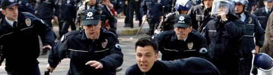 Policías antidisturbios turcos corren detrás de un manifestante