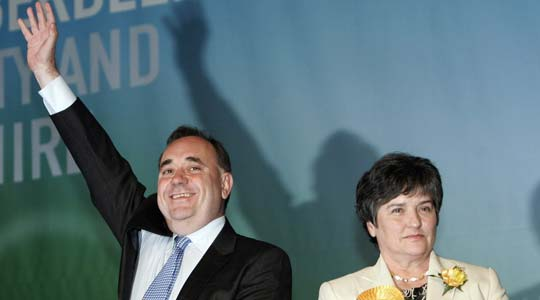 Alex Salmond, el líder del partido nacionalista junto a la segunda líder del partido Nicola Sturgeon, tras ganar las elecciones.