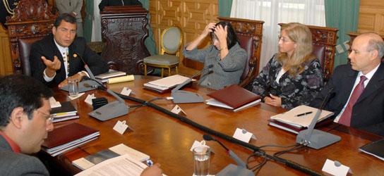 El presidente de Ecuador, Rafael Correa y los ministros de Economía de Argentina, Brasil, Bolivia, Ecuador, Paraguay y Venezuela reunidos el 3 de mayo en Quito.