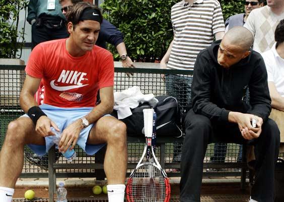 Roger Federer charla con el futbolista Thierry Henry en Roma durante un descanso de su entrenamiento