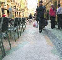 Tapan con cemento y no losas la acera de 3 calles