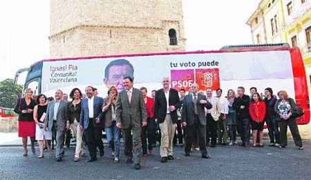 La campaña de los socialistas marcha sobre ruedas