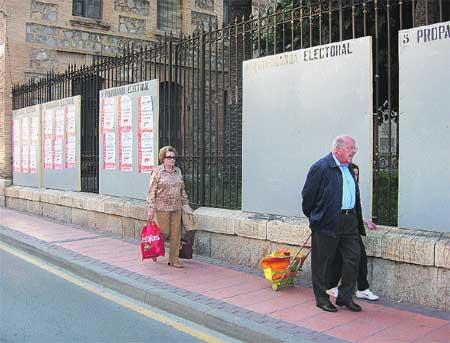 Empiezan a pegar carteles en la Circular