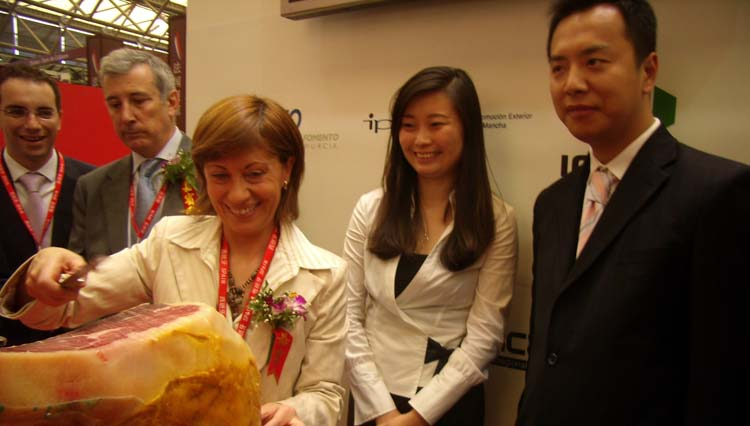 La ministra Espinosa, inusual cortadora de jamón