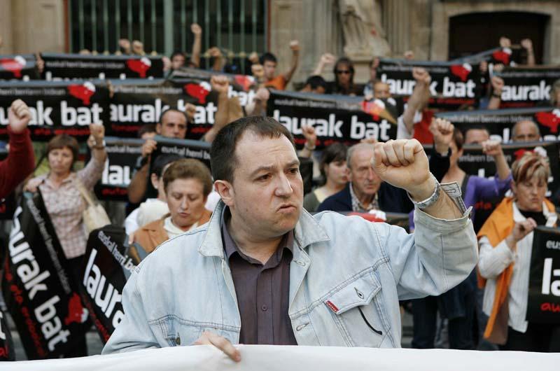 Pernando Barrena, frente al Ayuntamiento de Pamplona