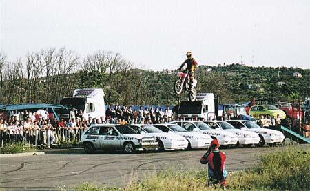 Un motorista realiza un espectacular salto a varios coches en este espectáculo.