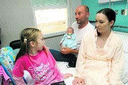 La familia Mecger, ayer, en el Hospital General. (Rafa Molina)