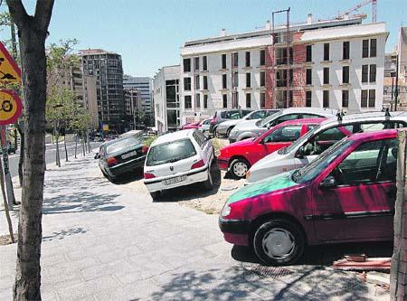 Los solares del barrio de San Antón se llenan de coches aparcados. (Rafa Molina)